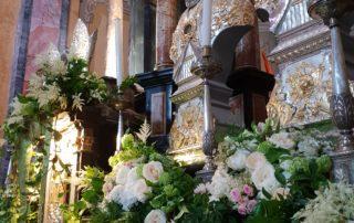 chiesa allestita con fiori rosa per matrimonio