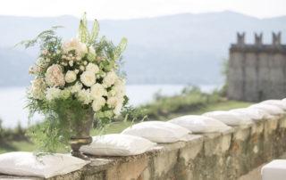 mazzi di fiori bianchi per decorazione per matrimonio
